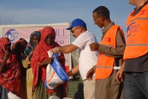 Kimse Yok Mu is distributing meat in packages in Somalia
