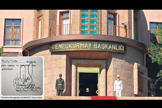 Two soldiers stand guard at the entrance of the General Staff in Ankara. (PHOTOS Sunday's Zaman)