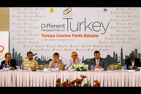 """Joost Lagendijk of the Sabancı University's İstanbul Policy Center (C) moderates a session at the 27th Abant meeting, titled """"Different Perspectives on Turkey."""" (Photo: Today's Zaman)"""