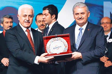 Feza Gazetecilik owner Ali Akbulut (L) presents an award to Minister Binali Yıldırım. Below, Cihan General Manager Abdülhamit Bilici is seen with Binali. (PHOTO TODAY'S ZAMAN, HÜSEYİN SARI)