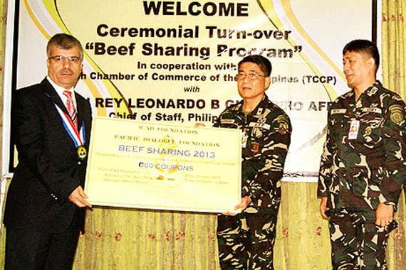 Foundation International Turkish Schools Director General Malik Gencer (L) accepts an award from Philippine army chief Gen. Leonardo B. Guerrero (R) on Gülen's behalf at a ceremony in Manila on Friday. (Photo: Cihan, Merve Kırıkkanat)