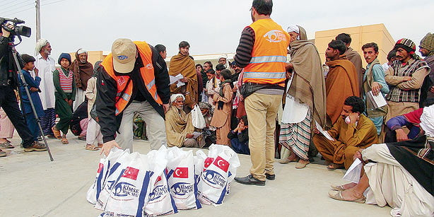 Kimse Yok Mu officials distribute meat to about 100 families in Iqbaliyye and the city of Lahore. (Photo: Cihan)
