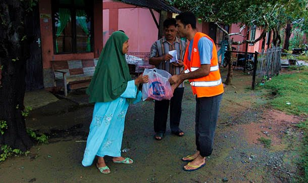 Kimse Yok Mu distributes meat with foreign volunteers in Indonesia