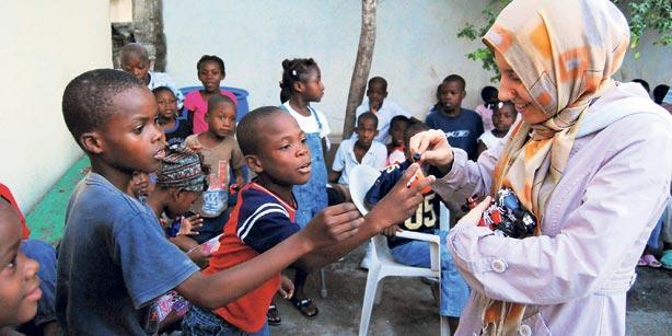 Volunteers from Kimse Yok Mu presented gifts to around 100 Haitian orphans.