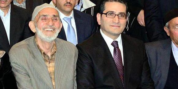 Seyfullah Gülen (L) poses with his son, STV anchorman Kemal Gülen (Photo: DHA)