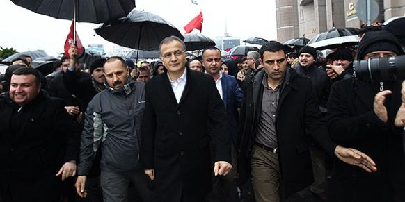 Zaman editor-in-chief Ekrem Dumanlı is seen outside the İstanbul courthouse on Friday. (Photo: Today's Zaman)
