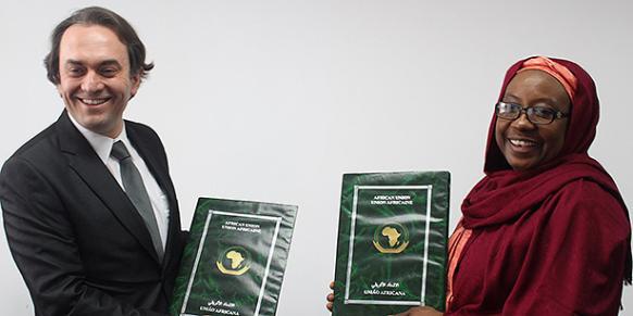 African Union Commissioner for Political Affairs Aisha Laraba Abdullahi (R) and KYM Secretary General Savaş Metin signed a memorandum of understanding on Monday.(Photo: Cihan)