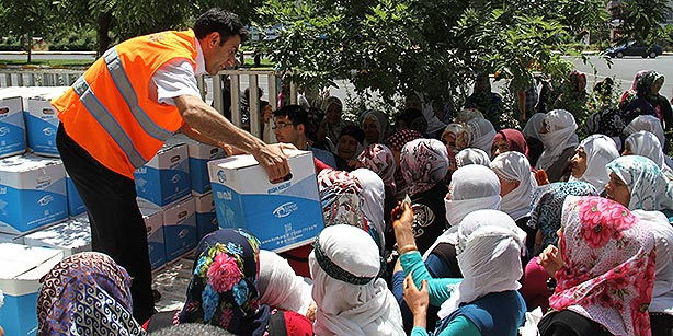 Kimse Yok Mu charity members delivering supplies to people in need in Turkey's southeastern Diyarbakır province, ahead of Ramadan. (Photo: Cihan, İsmail Avcı)