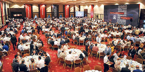 The Journalists and Writers Foundation held its traditional iftar at a hotel in İstanbul on Tuesday night with the participation of about 1,000 people. (Photo: Today's Zaman, Üsame Arı)