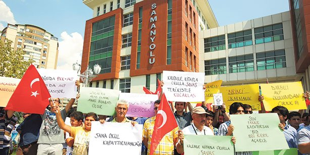Parents of students in Samanyolu schools in Ankara protested raids of schools inspired by the Gülen movement, carried out by police and inspectors.(Photo: Today's Zaman, Ali Ünal)