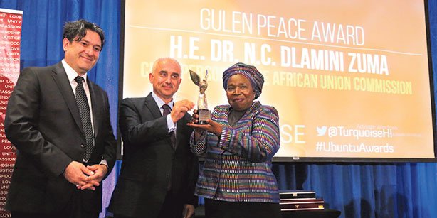 Turquoise Harmony Institute President Ayhan Çetin and GYV President Mustafa Yeşil presented the Fethullah Gülen Peace and Dialogue Award to African Union Commission Chairperson Nkosazana Dlamini-Zuma. (Photo: Today's Zaman)